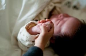 a0001_006875 赤ちゃん 手つなぎ